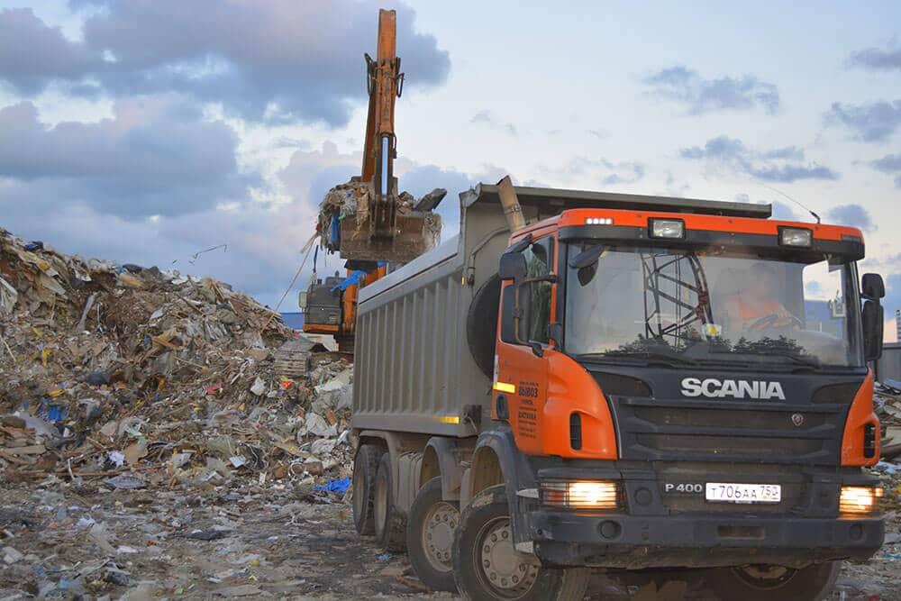 Погрузка мусора и его вывоз с незаконной свалки