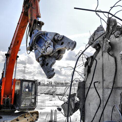 Демонтаж здания с помощью гидроножниц